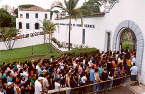 Estudantes caminham para as provas, no campus Dom Cabral, da Puc Minas